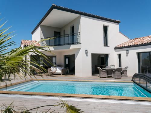 Grande maison contemporaine avec piscine